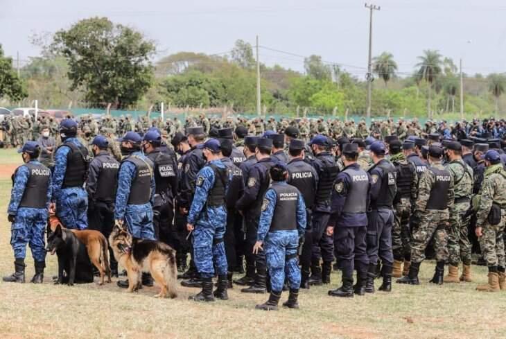Homens das forças armadas e Polícia Nacional do Paraguai que chegaram hoje ao local do sequestro (Foto: Divulgação)