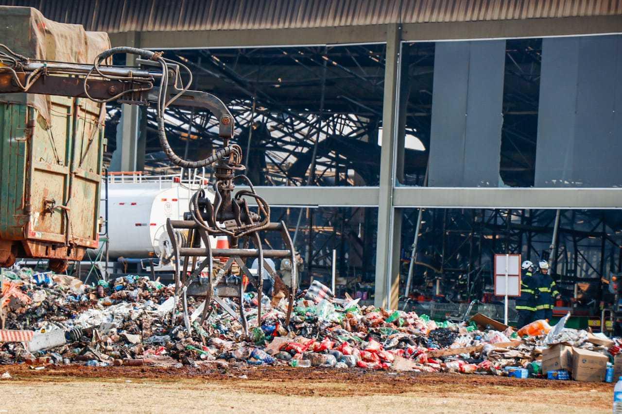 Produtos incendidados do lado de fora da loja. (Foto: Henrique Kawaminami)
