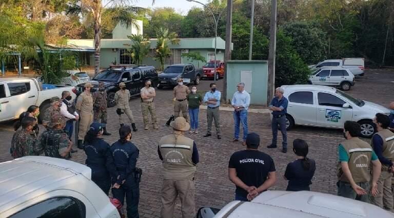 Equipe discutindo as últimas coordenadas da Operação Focus (Foto: Semagro/Divulgação)