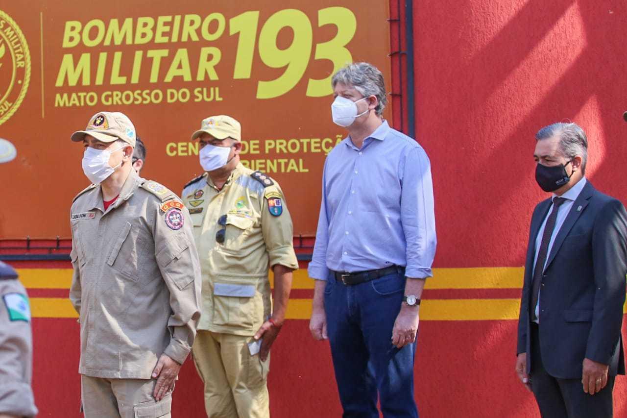 Autoridades durante recepção dos militares nesta manhã. (Foto: Marcos Maluf)