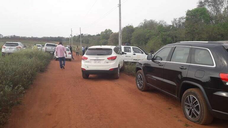 Carros no local onde corpo de empresário foi encontrado, hoje cedo (Foto: ABC Color)