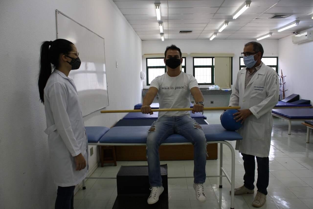 Profissionais demonstram como será o tratamento (Foto: Divulgação)