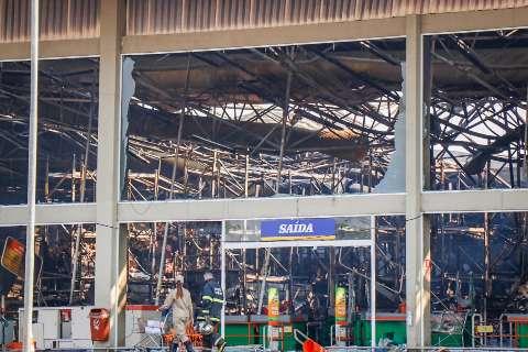 Bombeiros continuam de prontidão durante limpeza do Atacadão