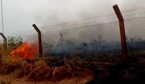 Fogo em terreno na saída para Cuiabá preocupa moradora