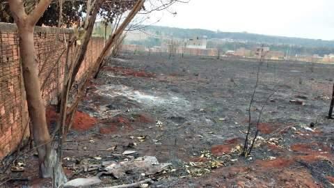 Moradores reclamam de fuligem causada por incêndio em terreno baldio