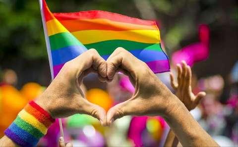 Fim de semana tem Parada LGBT on-line e lives sertanejas