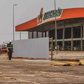 Loja destruída pelo fogo agora tem tapumes por medida de segurança