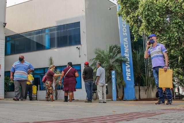 Impasse entre peritos médicos e INSS deixa um milhão sem atendimento