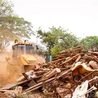 Força-tarefa faz limpa em terreno onde viviam assassinos de dono de boate