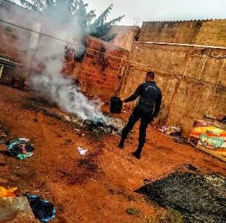 Um dia após solicitar medida protetiva, mulher tem pertences incendiados
