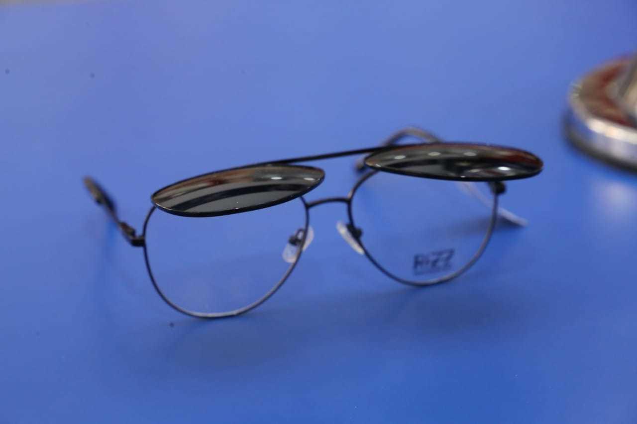 Modelo com 2 óculos em 1, para quem não pode abrir mão do grau e quer um solar de estilo. (Foto: Kísie Ainoã)