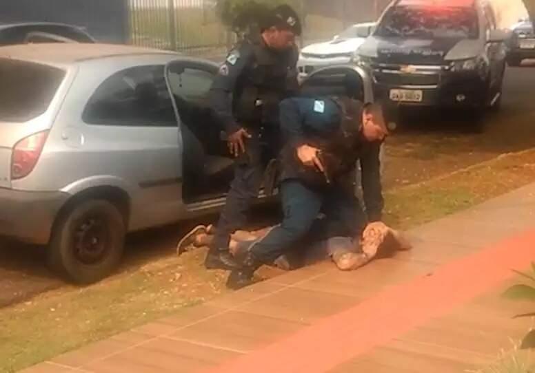 Luis Fernando Eugênio Veron, 24 anos, sendo imobilizado pela polícia. (Foto: Reprodução/Vídeo)