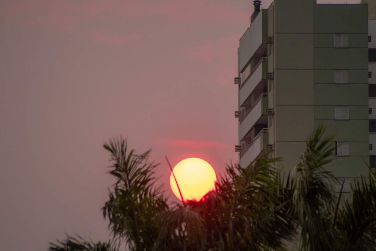 Sol nascendo em Campo Grande mais parece uma bola de fogo (Foto: Henrique Kawaminami)