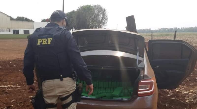 Os tabletes da droga estavam sendo transportados no porta-malas do veículo. (Foto: PRF)