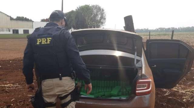 Em perseguição, suspeito bate em cerca e abandona carro com 487 quilos de drogas