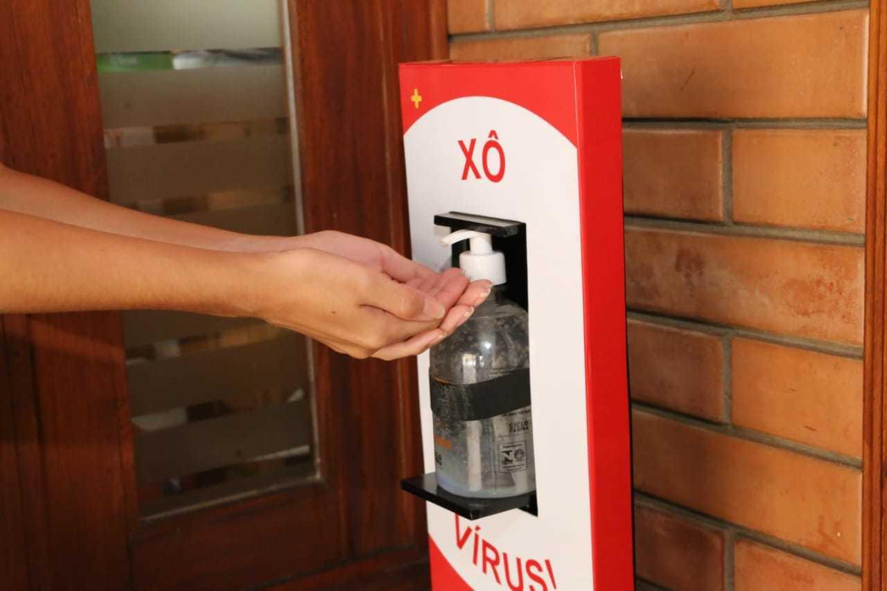 Álcool em gel é de uso obrigatório logo na entrada. Totem da foto fica na escola Maple Bear. (Foto: Kísie Ainoã)