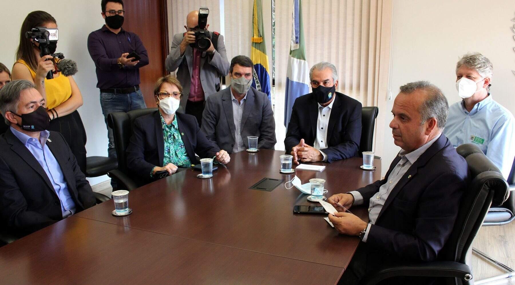 Ministra, no último dia 14, teve contato com o goovernador Reinaldo Azambuja, que testou positivo para a doença e está em isolamento. (Foto: Governo de MS)