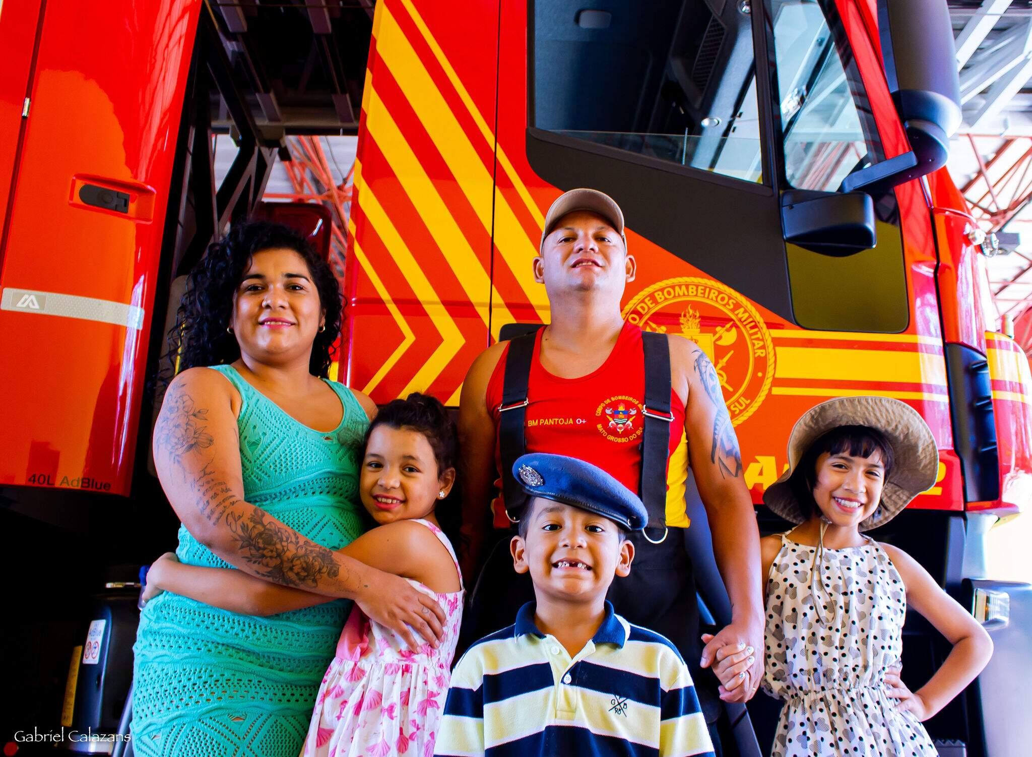 À esquerda, esposa Ana Paula abraça à filha do meio Ana Carolina; na frente o pequeno Bernardo; ao fundo o pai Adriano; e à direita a filha mais velha do casal, Giovana (Foto: Gabriel Calazans)