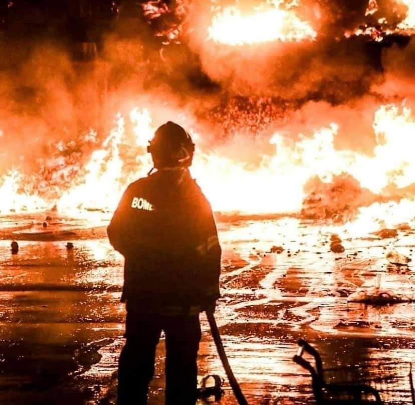 De folga, Daniela foi para incêndio porque tinha com quem contar, a rede de apoio da bombeira, foi a irmã que cuidou das filhas caçulas.