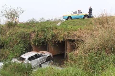 Com CNH vencida, motorista tenta fugir da polícia e cai com carro em córrego