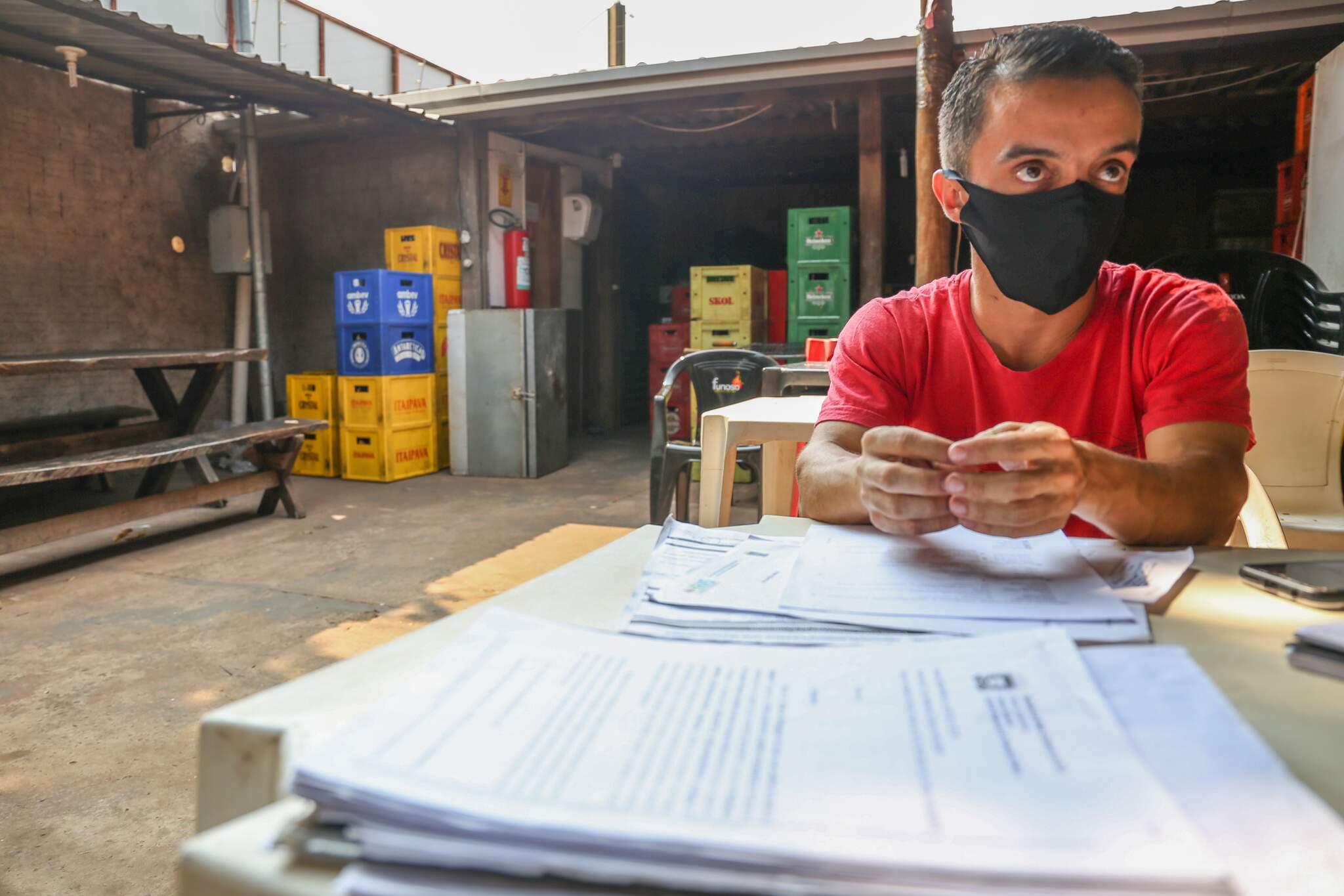 Matheus mostra os documentos dos processos envolvendo o filho. (Foto: Paulo Francis)