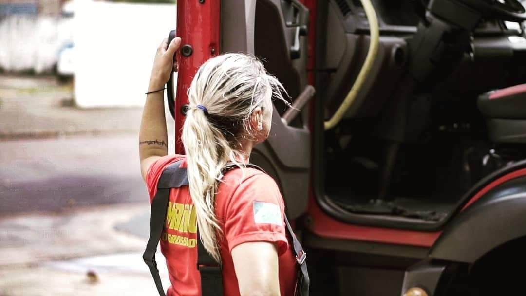 Até foto do perfil em rede social é bombeira subindo na viatura em que dirige. (Foto: Arquivo Pessoal)