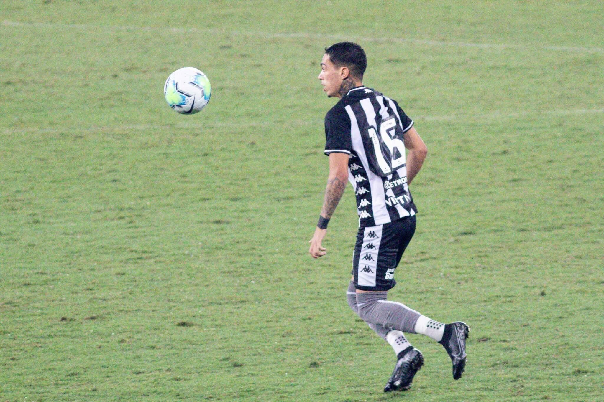 Luiz Otávio durante partida entre Botafogo X Santos válida pela décima primeira rodada do campeonato Brasileiro 2020 no estádio Nilton Santos neste domingo (20/09). (Foto: Estadão Conteúdo)