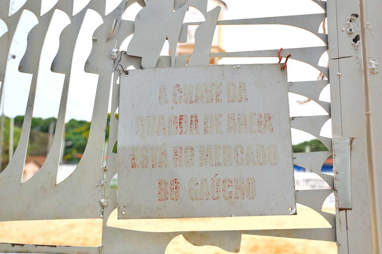 A quadra fica fechada para a população e chave só é retirada mediante pagamento. Foto: (Paulo Francis)