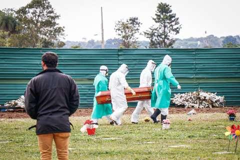 Agentes funerários são homenageados por trabalho durante a pandemia