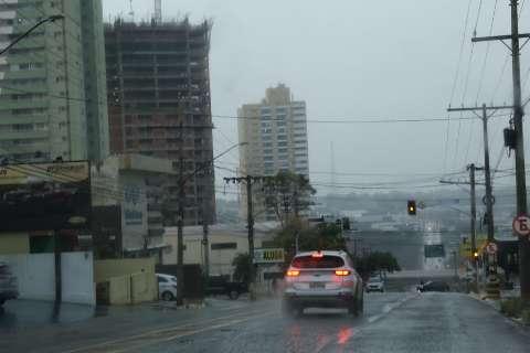 Chuva faz umidade saltar para 92% e temperatura cair 8°C nesta tarde