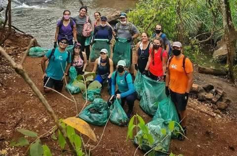 Voluntários retiram quase meia tonelada de lixo do Ceuzinho