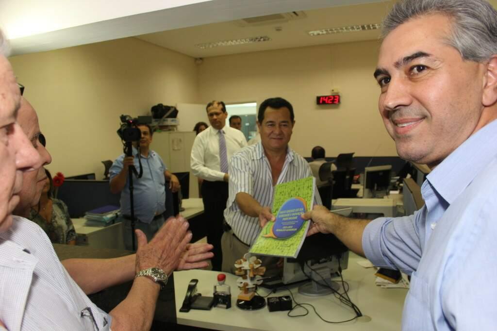 Reinaldo Azambuja (PSDB) entregando o registro da sua candidatura em 2014 (Foto: PSDB - Divulgação)