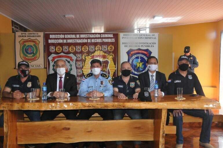 Policiais e promotores paraguaios responsáveis pela investigação (Foto: ABC Color)