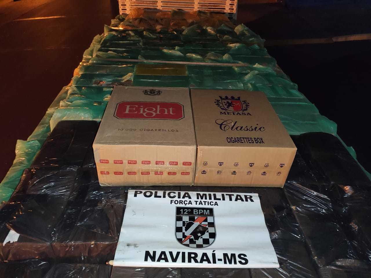 Caminhão carregado com 7.500 pacotes de cigarro. (Foto: Divulgação/Polícia Militar)