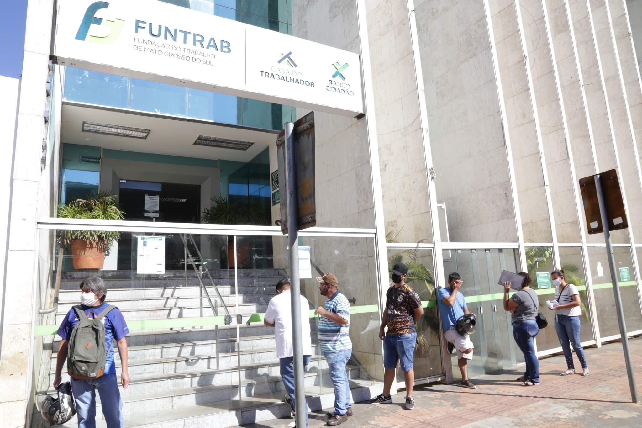 Traalhadores nas primeiras horas do dia aguardam a agência abrir (Foto: arquivo/Campo Grande News)