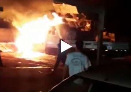 Fogo destrói camionete em pátio de prefeitura e assusta moradores