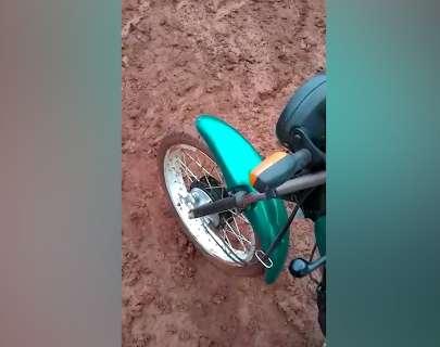 Morador tem de desmontar moto para escapar de atoleiro