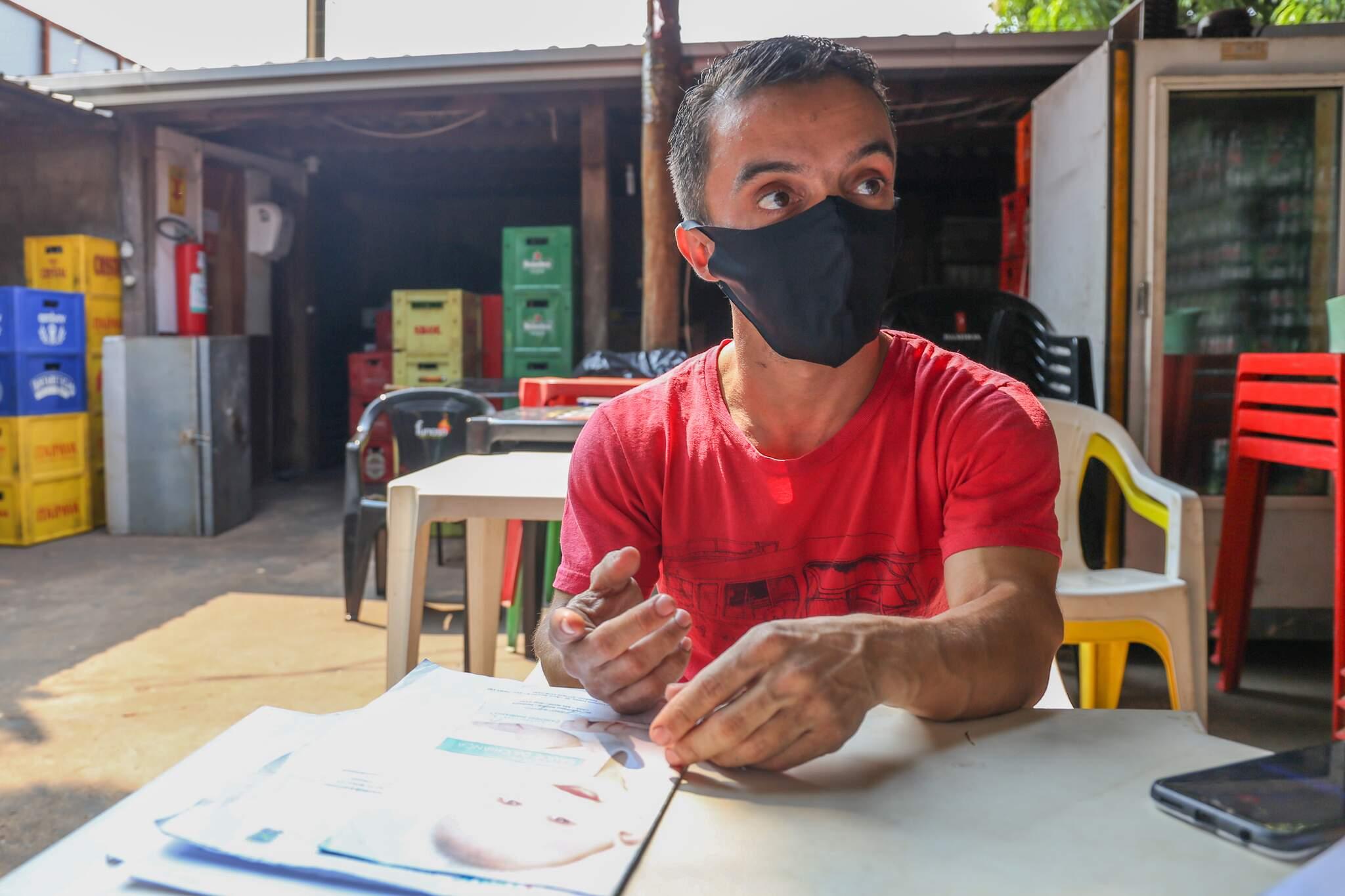 O pai do bebê, Matheus, em meio à papelada para garantir medicação. (Foto: Paulo Francis)