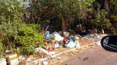 Morador reclama de lixo jogado em rua do Parque dos Novos Estados