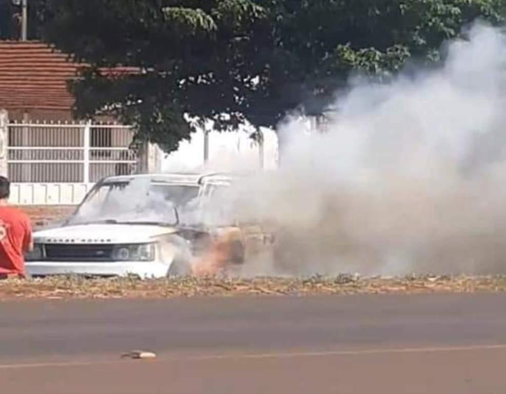 Bombeiros apagam chamas em Range Rover, hoje em Pedro Juan (Foto: Direto das Ruas)