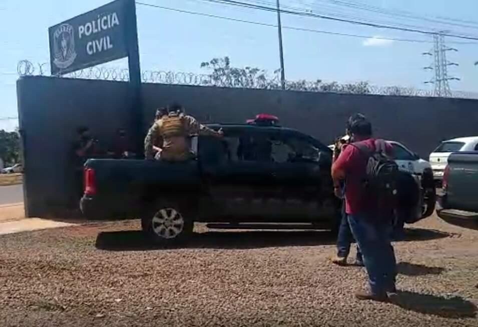 Equipe do Garras chega ao estacionamento da unidade em meio à fase 4 da Omertà. (Foto: Silas Lima)