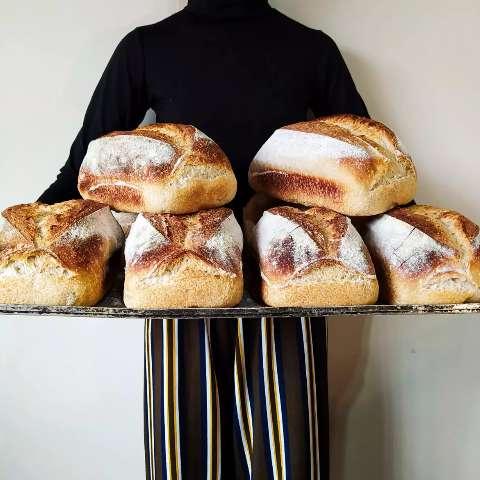 Casal faz pães rústicos com massa fermentada por até 35 horas
