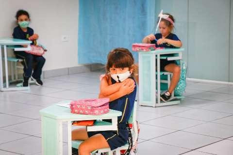 Na escola, máscara fashion e pulseira que esguicha álcool não substituem abraço
