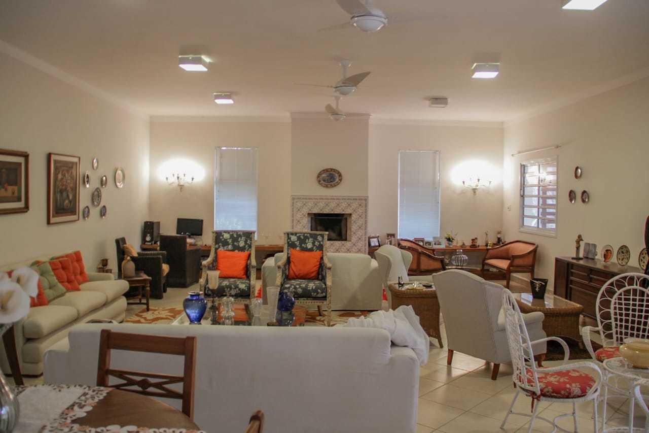 Sala principal com lareira para reuniões em família.