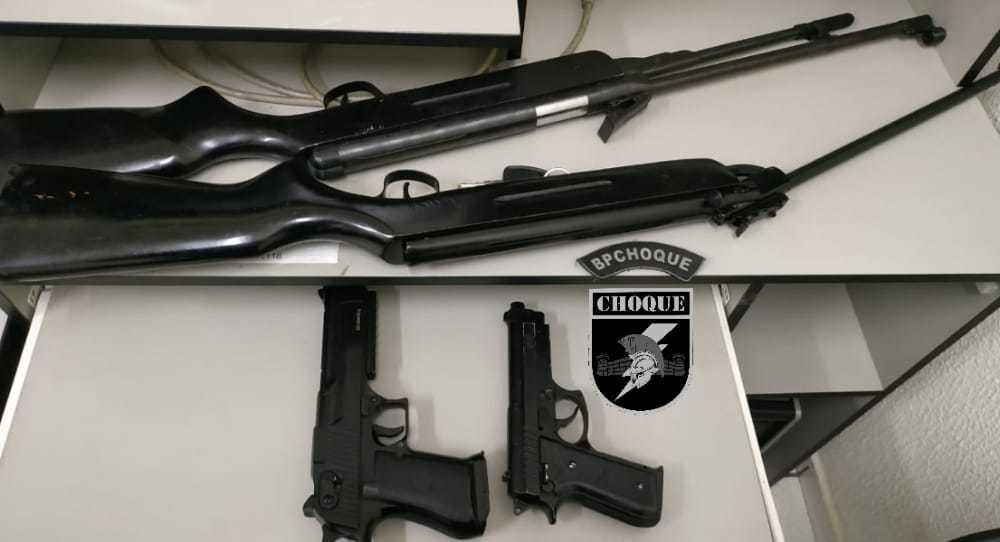 Armas encontradas com o homem no Bairro Marcos Roberto. (Foto: Divulgação/PM)