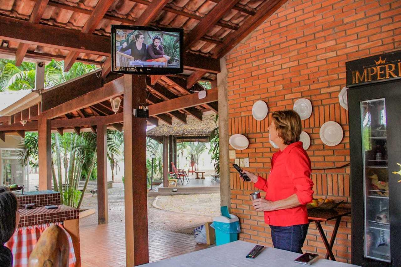 Nesta área, Tina acompanha toda a programação do reality show para ver o filho. (Foto: Silas Lima)