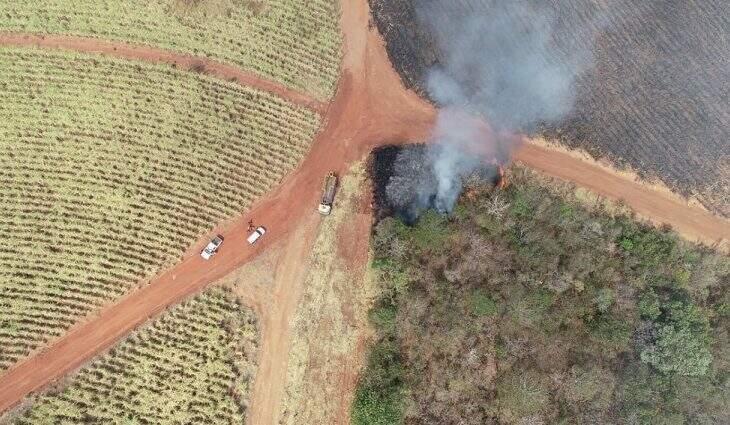 Flagrante de incêndio intercional em propriedade rural visto do alto (Foto: Divulgação)