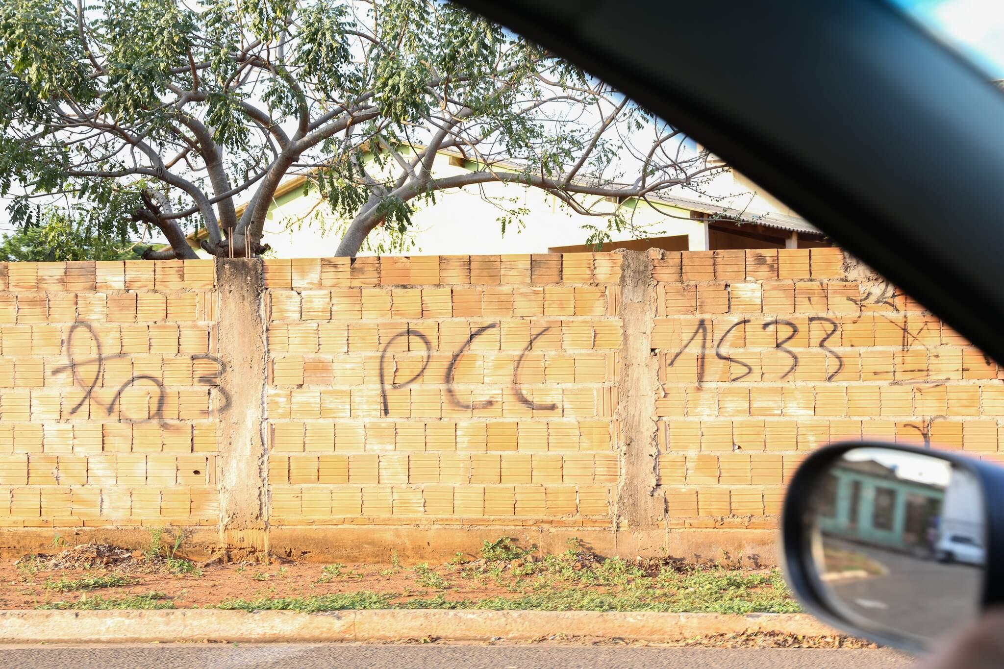 Pichação em muro com código do PCC. (Foto: Paulo Francis)