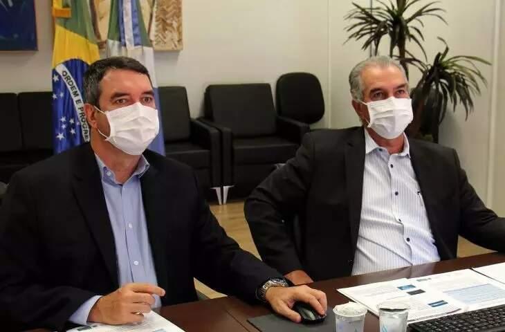 Secretário estadual de Governo, Eduardo Riedel, ao lado do governador Reinaldo Azambuja (PSDB), durante reunião (Foto: Chico Ribeiro - Governo MS)