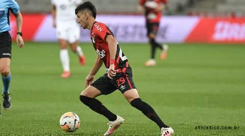 Athletico-PR bate Colo-Colo com 2 gols contra e se isola na liderança do grupo